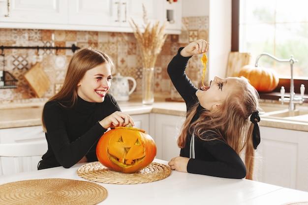 Девушки в костюмах и украшениях на хэллоуин