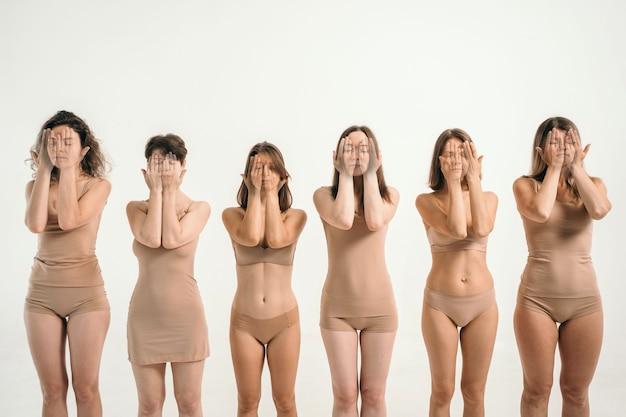 베이지색 속옷을 입은 다양한 모습의 소녀들 소녀들은 손으로 얼굴을 가린 곳...
