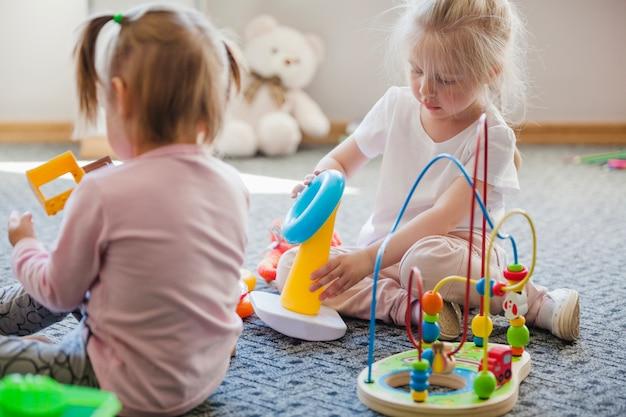 Ragazze con giocattoli educativi