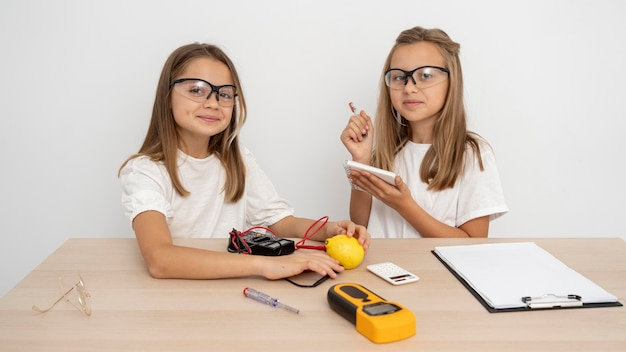 Девушки в защитных очках проводят научные эксперименты