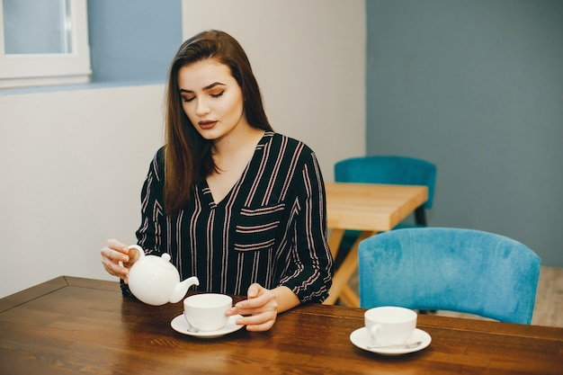女の子と紅茶