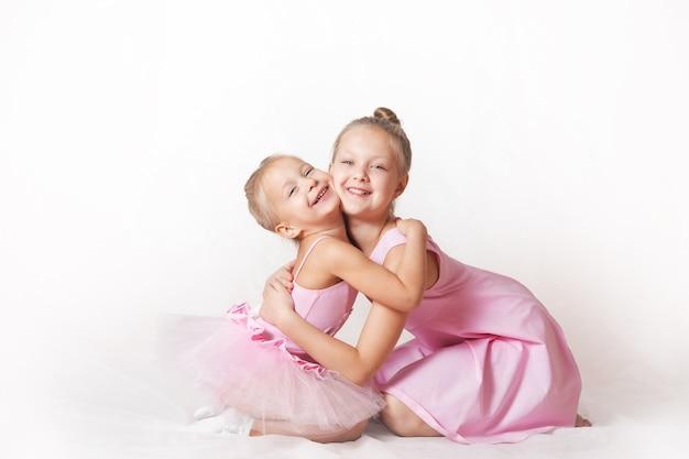 밝은 배경에 분홍색 드레스를 입은 소녀 젊은 발레리나