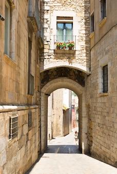 Старой улицы европейского города. girona