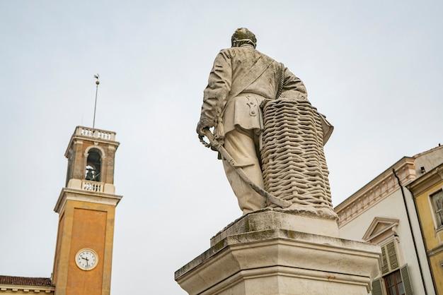 역사적인 이탈리아 도시 로비고의 주세페 가리발디 광장
