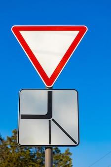 道を譲る交通標識agaisnt青い空