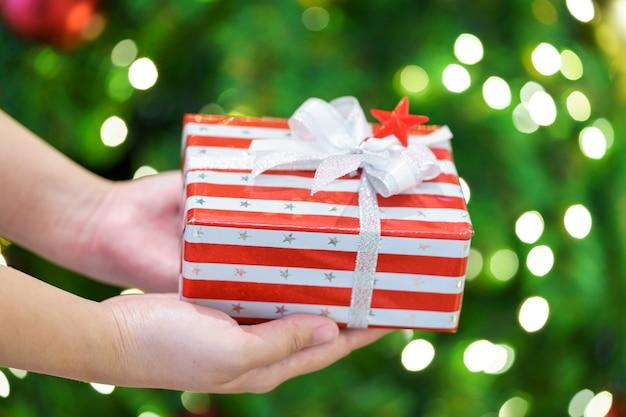 Дарить подарки близким. концепция рождества
