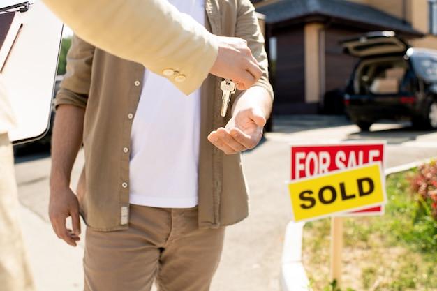 Передача ключа от дома новому владельцу
