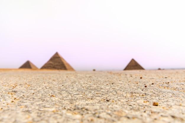 ギザ砂漠と背景のピラミッド、エジプト。