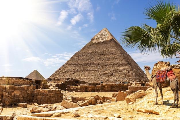 ギザのピラミッド、日当たりの良い砂漠にあるカフラー王のピラミッドの眺め。