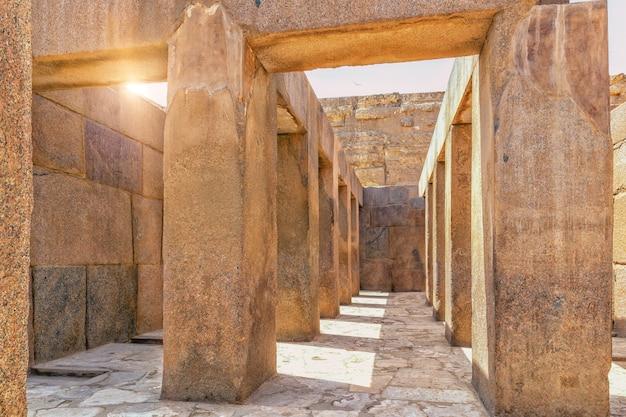 グレートスフィンクス近くのギザ寺院、エジプトの内側からの眺め。