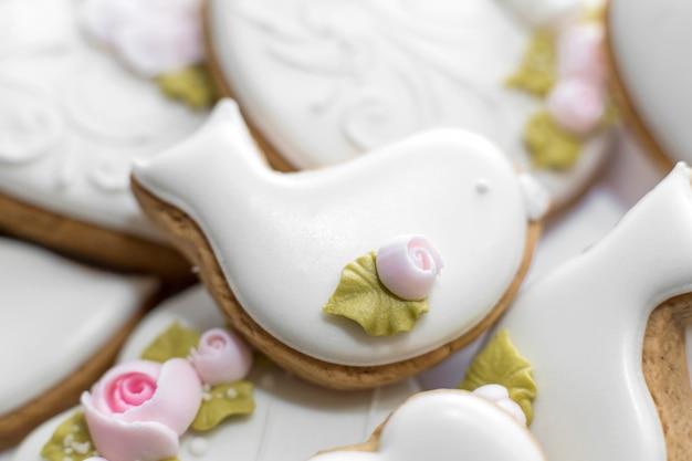 白いglのジンジャーブレッドクッキーのクローズアップ。休日の装飾としてスタイリッシュなペストリー。