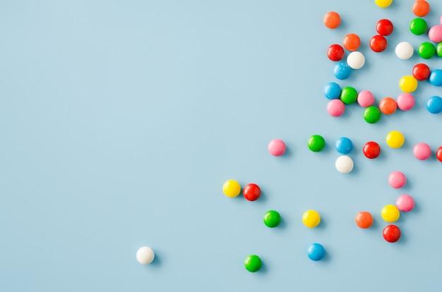 色付きのgl薬とチョコレート菓子の背景