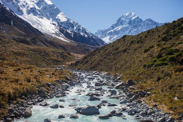 山を流れる氷河。ニュージーランド、マウントクック
