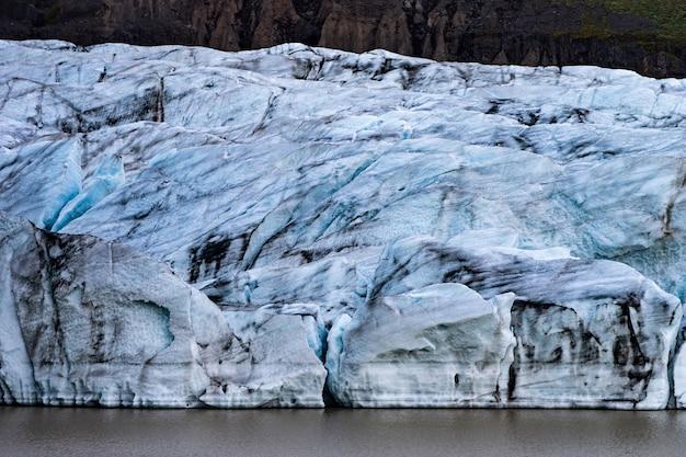 Детали ледника с пеплом во льду - исландия