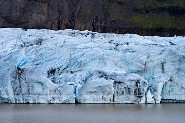 Детали ледника с пеплом во льду - исландия.