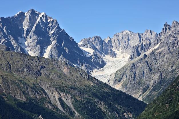 Ледник в кавказском хребте в грузии. горный пейзаж