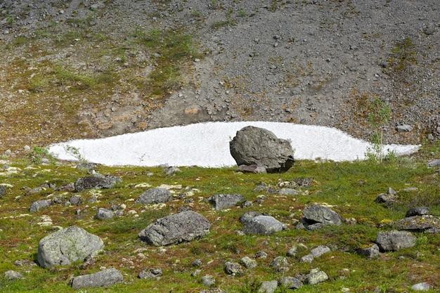 ロシア、コラ半島、ヒビヌイ山脈の氷河。