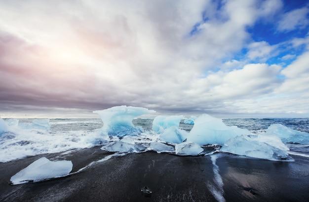 Ледник на черном вулканическом пляже исландия