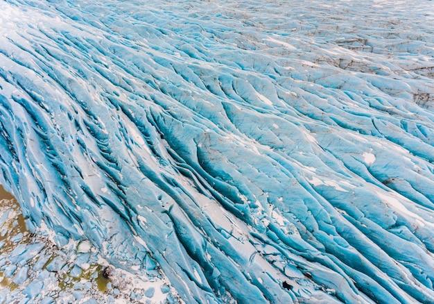 Ледник с голубой лед с высоты птичьего полета в исландии