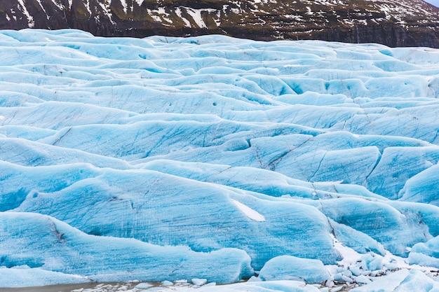 Ледник с синим льдом крупным планом в исландии