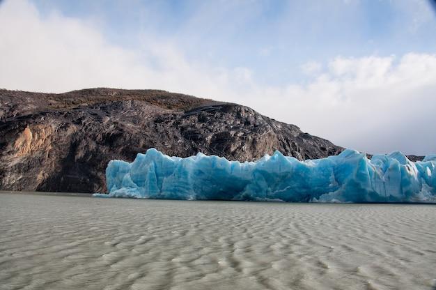 チリのパタゴニア地域の湖の近くの氷河