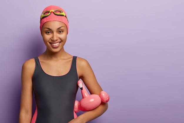 La donna afroamericana felice gode dell'hobby preferito