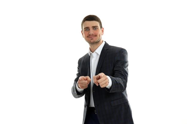Рад бизнесмен в классическом костюме на белом фоне.