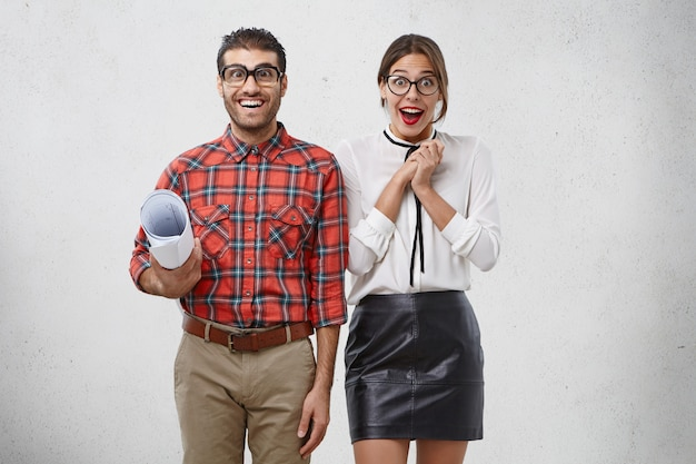 Рады, что творческие работники мужского и женского пола взволнованы: забавный неуклюжий мужчина с набросками и красивая женщина в строгой одежде
