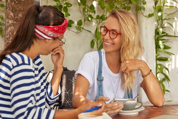 Рады смешанной расы у двух женщин смешные выражения