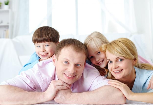 집에서 작은 아이들과 함께 기쁜 부모