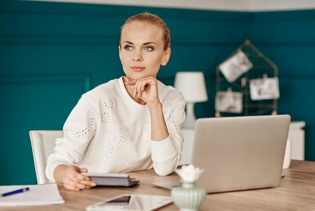 Счастливая женщина, планирующая свой бюджет Бесплатные Фотографии
