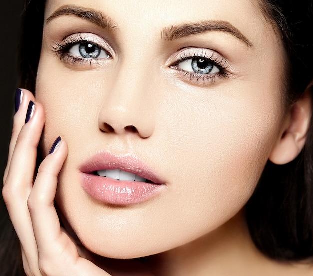 아름다운 깨끗한 백인 젊은 여성의 modewith 완벽한 깨끗한 피부의 매력적인 근접 촬영 아름다움 초상화