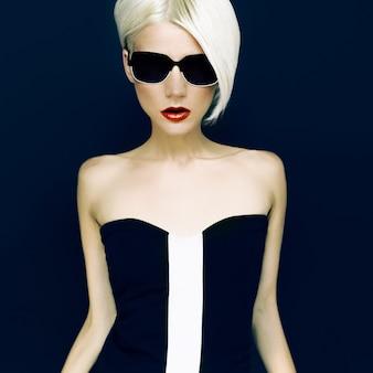 검은 배경 패션 스타일에 매력적인 금발