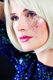 Гламурная блондинка фотомодель с партийным макияжем красивое лицо крупным планом