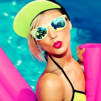 Гламурная яркая модная леди, горячая вечеринка в бассейне