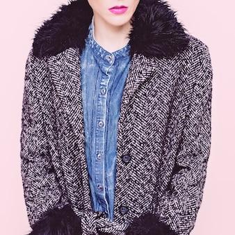 コートとスタイリッシュなジーンズの服で華やかなファッションモデル。ファッショナブルな秋のルック