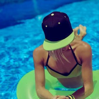 Гламурная девушка на летней вечеринке в бассейне