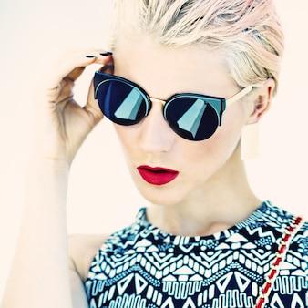 Гламурные фото девушки в стильных очках