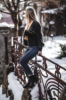 革のジャケットの若い美しい女性の魅力的な肖像画