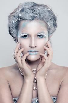 반짝이 메이크업으로 매력적인 겨울 패션 모델 여자 프리미엄 사진