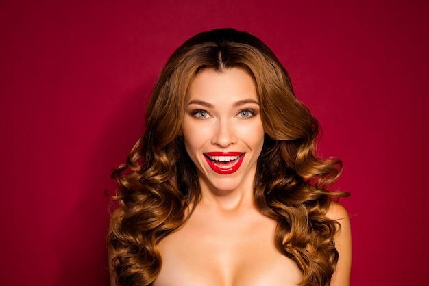 빨간 벽에 포즈 매력적인 여자