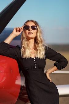 Гламурная женщина позирует в самолете