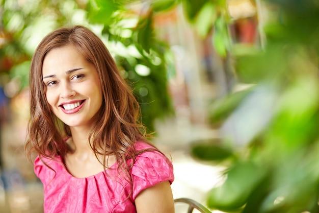笑顔でグラマラスな女性