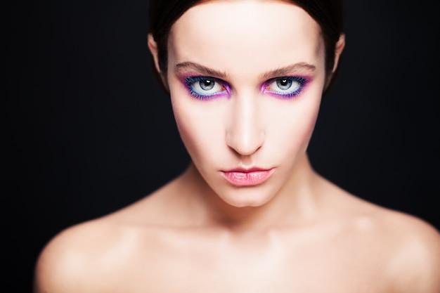 Гламурная женщина с модным макияжем