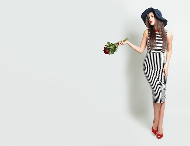 Гламурная женщина с розами на фоне