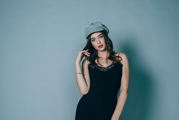 華やかな若い女性はファッショナブルなドレスを着ています
