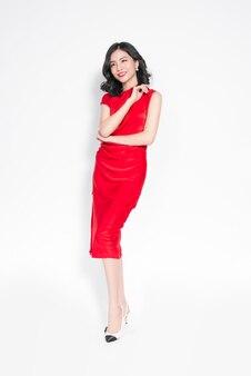 Гламурная азиатская женщина в стильном красном платье