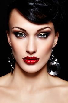 赤い唇と美しいセクシーなブルネット白人若い女性モードの容姿のクローズアップの肖像画