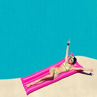 Гламурная девушка в стиле ди-джея, горячая вечеринка в бассейне