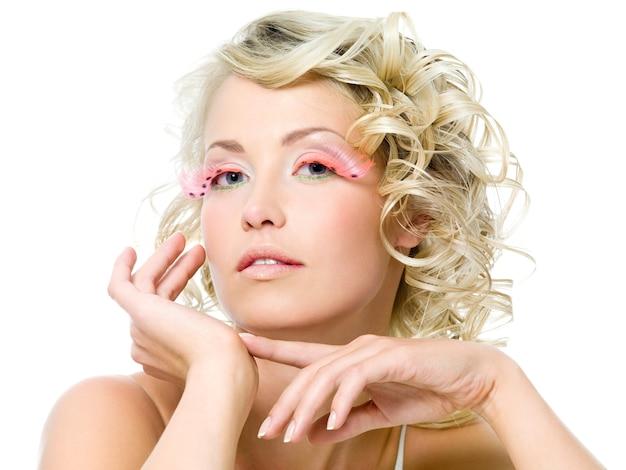 Гламурный макияж на лице красивой женщины. кудрявая прическа
